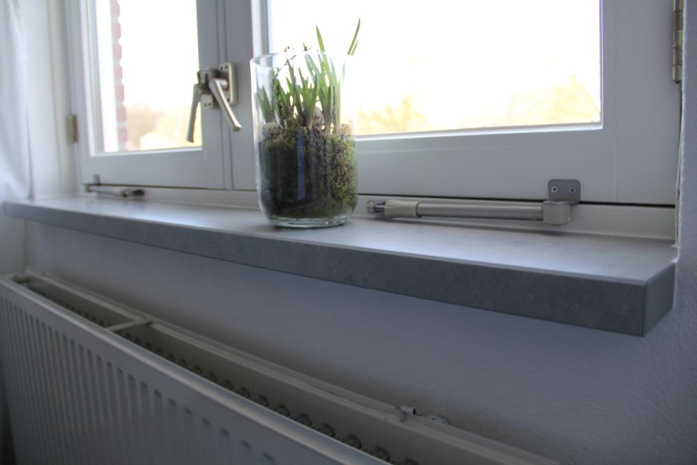 Grijze vensterbank van kunststof natuurstenen for Vensterbank vervangen